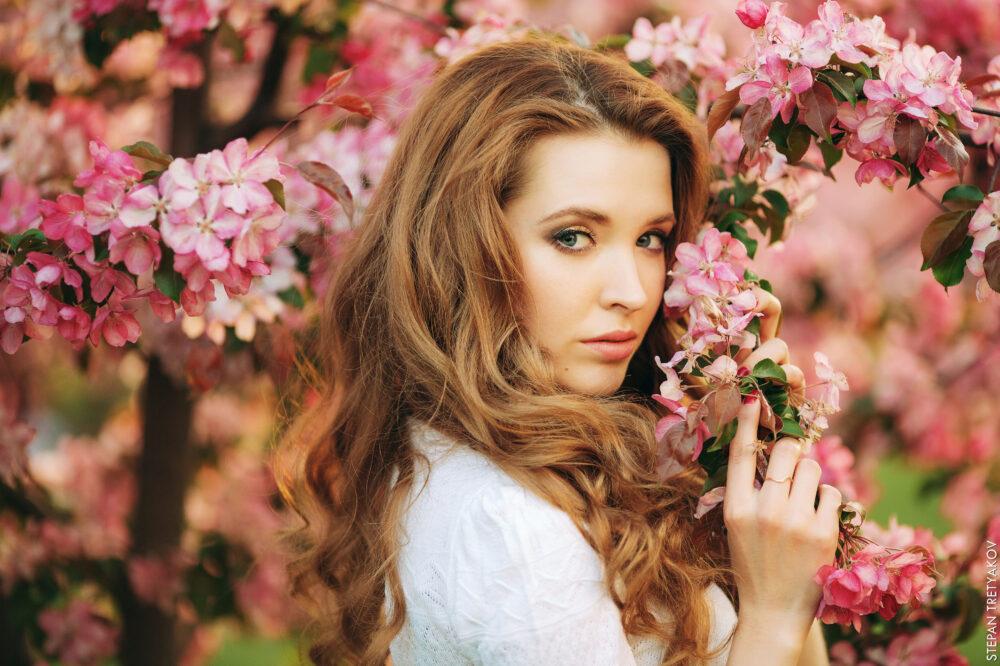 Юля в розовых яблонях Коломенского сада